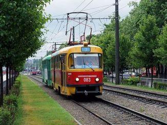 Eine Person, die eine Straßenbahn in Russland mietet