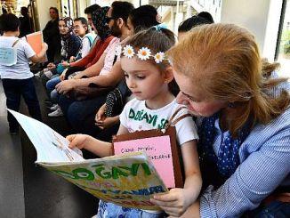 इज़मिर मेट्रो में यात्रा करते यात्री