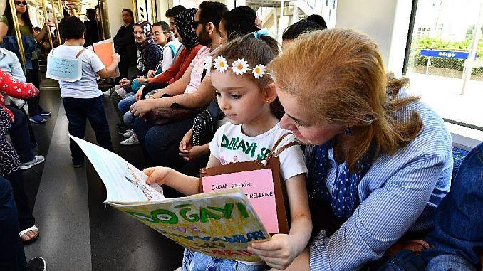 пассажиры, путешествующие в метро Измира
