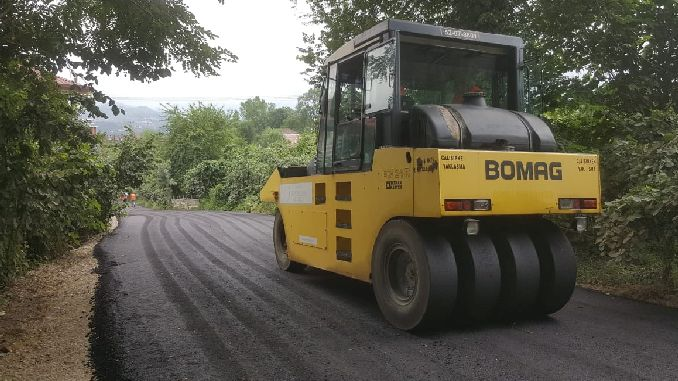 asphalting the road that connects the neighborhood
