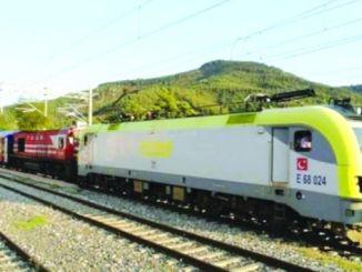 elektrischer Zug kommt in Bursa an