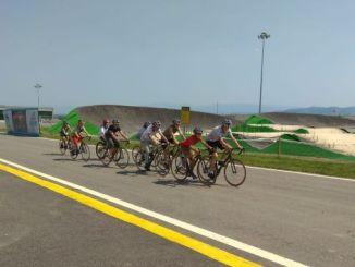 الشباب راكبي الدراجات يكبر في وادي الدراجات aycicegi