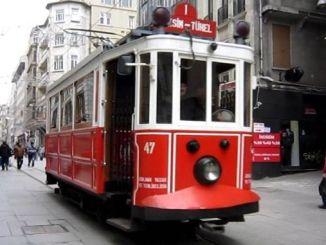 istiklal caddesinde nostaljik tramvayin enerji kablosu koptu