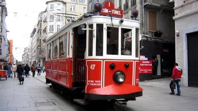 Das Energiekabel der nostalgischen Straßenbahn in der Istiklalstraße ist defekt