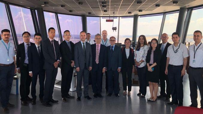 Tiningnan ng delegasyon ng singapur aviation ang istanbul airport tower