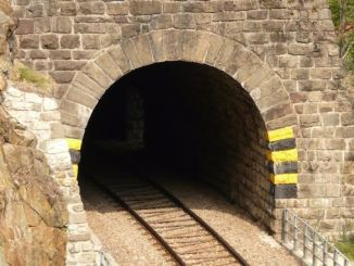 Preventive barrier construction against risky rock celebrations at tunnel entrances