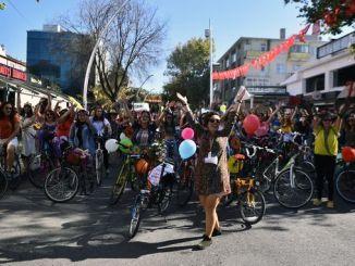andando en bicicleta polas rúas baleiras de ankara