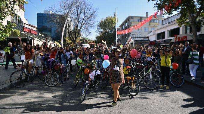 анкараның бос көшелерінде велосипедпен жүру