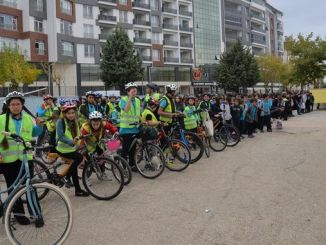 lapsed käivad jalgrattaga koolis