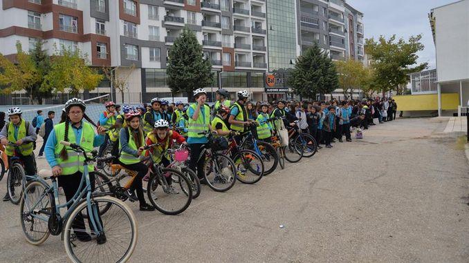 los niños van a la escuela en bicicleta