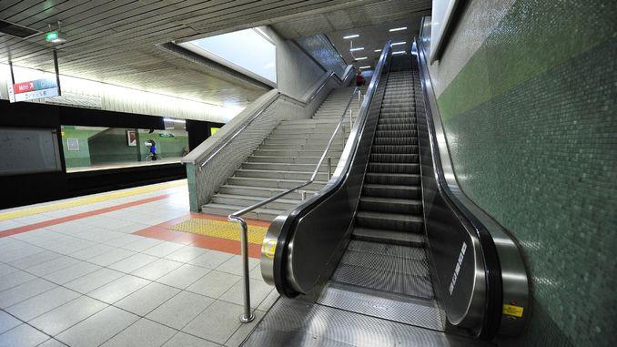 chodzenie po schodach na stacjach metra w Ankarze