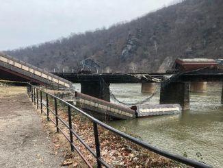 USA Yuk Zugentgleisung rollte in den Fluss