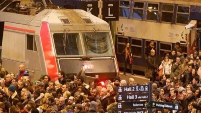 Ang mga trabahante sa tren nagsulong sa gare de lyon