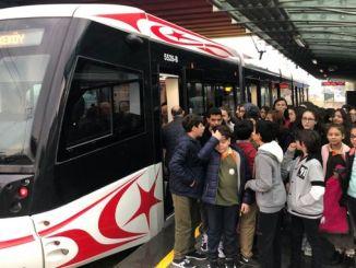 סמולס מגלה לתלמידים את היתרונות של התחבורה הציבורית