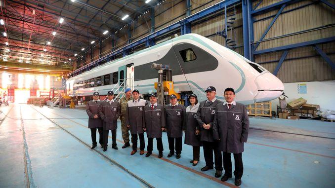 州长与交通运输部官员检查了国家火车的工作
