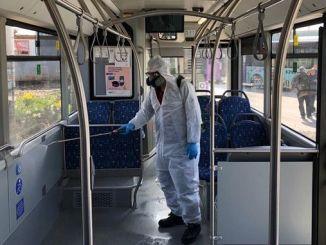Desinfectie van het leger tegen het coronavirus in de stad