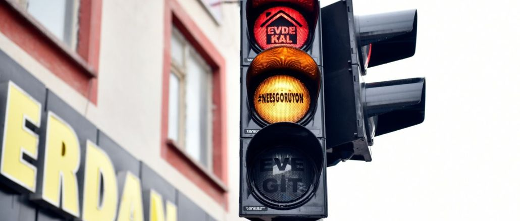 elbistanda trafik isiklarinda tebessum ettiren korona virus uyarisi