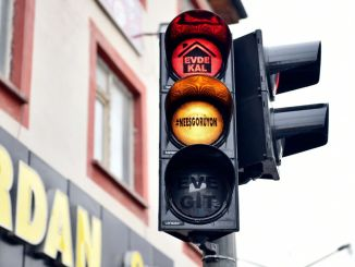 corona virus warning that makes you smile at traffic lights of course