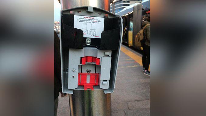 U Istanbulu su slomljeni dezinfekcijski uređaji postavljeni u metrobusima protiv corona virusa