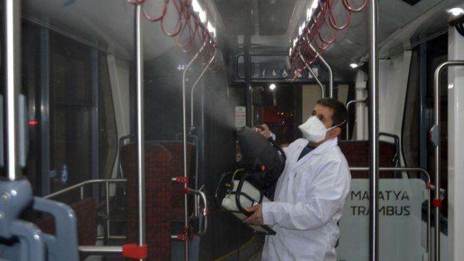 在馬拉蒂亞消毒的公共運輸車輛