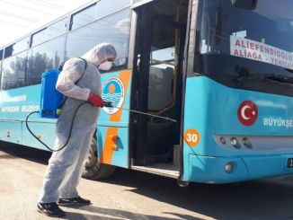 Els vehicles de transport massiu a Mersin es desinfecten contínuament