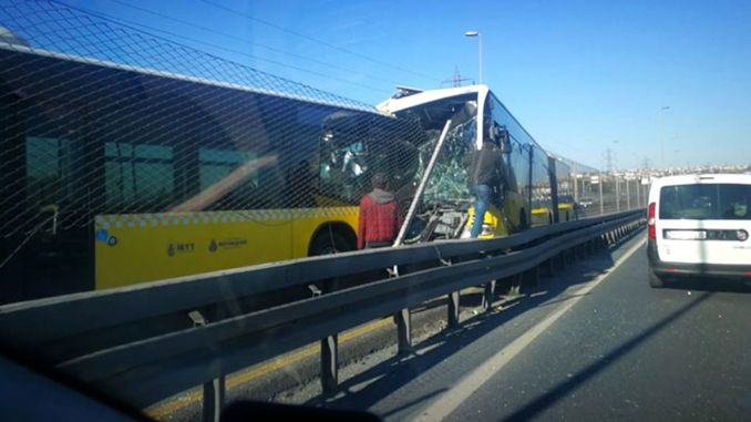 Two metrobus head-to-head in Istanbul Hunters