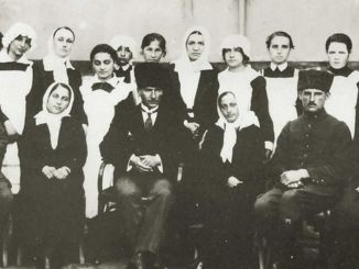 Turkkilaisten sairaanhoitajien kanssa Atatürkissä