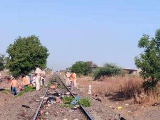 在印度,火車撞到了鐵軌上的工人,工人喪生