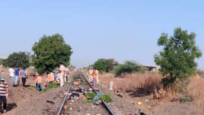 in India, the train hit the workers on the rails, the worker died