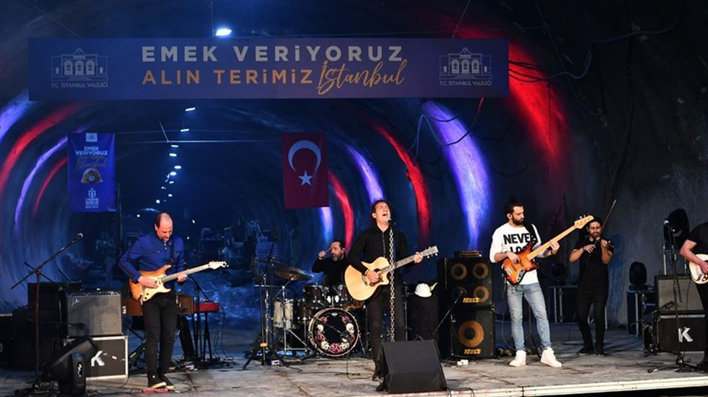 Special concert for workers under meters from the tenant