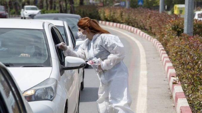 Health Package is Distributed in Traffic Lights in Mersin