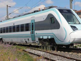 il treno elettrico nazionale mayista scende su rotaie