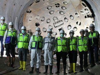 Akbas, köçkünlərin Türkiyənin ən uzun Dəmiryolu Tuneli inşaatına baxır