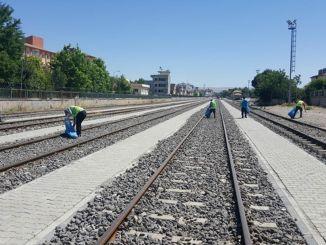 การทำความสะอาดสิ่งแวดล้อมตามเส้นทางรถไฟตอนพระอาทิตย์ตก