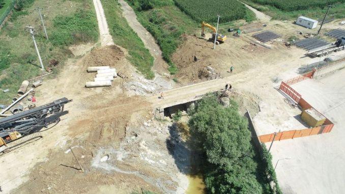 สะพานสมัยใหม่พร้อมช่องทางสู่ Kartepe