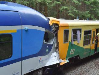 צ'קיאדה שתי רכבות נוסעים חזיתית