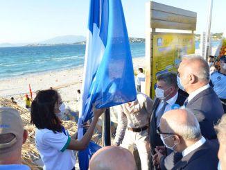 wereldberoemde glorie ilici strand wordt geëerd met de nationale blauwe vlag