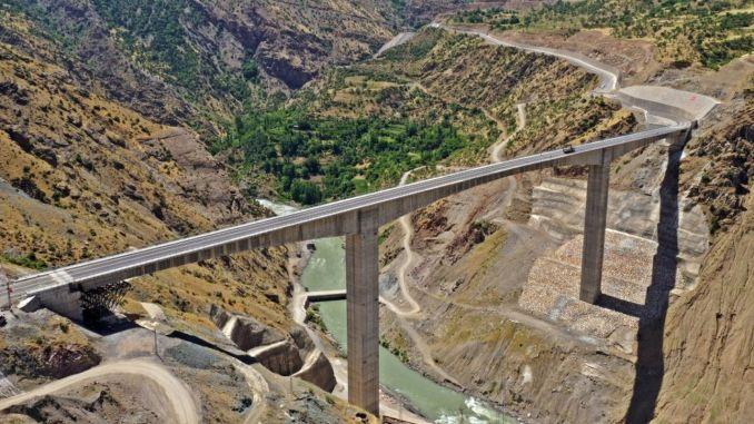 Cai a csónak a legmagasabb híd turkiyenin védelmi Pendik híd aciliyor