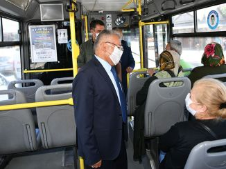 Mengambil bus bigukkilic, topeng mengingatkan kita tentang jarak dan aturan pembersihan