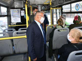 Als we de bigukkilic-bus nemen, herinnert het masker ons aan de afstands- en schoonmaakregels