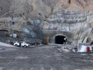 Az alagút építése során a sziklába esett munkás súlyosan megsérült.