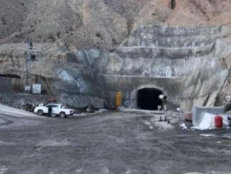 In the construction of the tunnel, the worker, who fell into rock, was seriously injured.