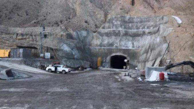 Bij de bouw van de tunnel raakte de werknemer zwaar gewond door de rotsfragmenten van het vreselijke ongeval.