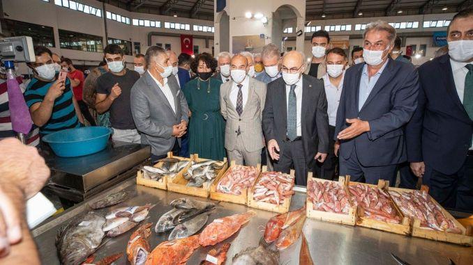 ฤดูปลาเปิดในตลาดเพาะเลี้ยงสัตว์น้ำอิซเมียร์พร้อมพิธี