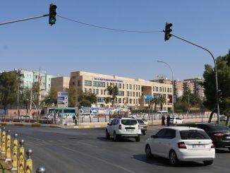 Verkeerslichten gaan aan op een kruispunt, zelfs als de stroom uitvalt