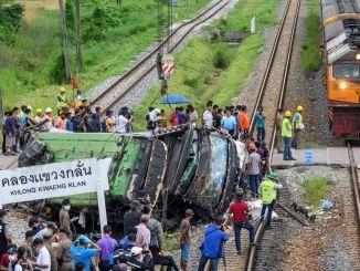 Train Hit Bus in Thailand: 17 doden, 30 gewonden