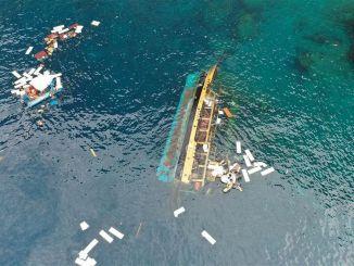Bangkai kapal yang terbalik di Alanya dibersihkan