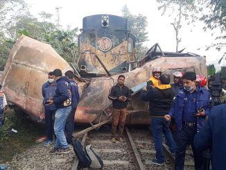 bangladeste yolcu otobusuyle tren carpisti olu yarali