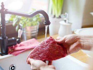 Non lavare la carne con calma prima di cuocerla è pericoloso