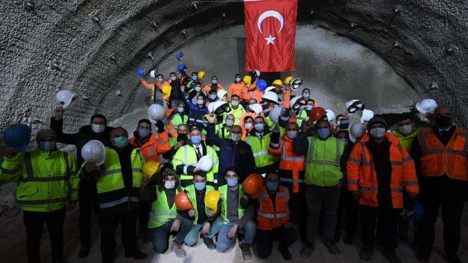 Tunele karaismailoglu kirkdilim dołączyły do tunelu T-tunel do wizji światła